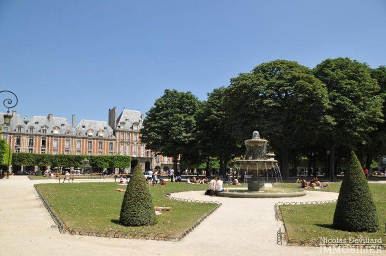 MaraisPlace-des-Vosges-–-Dernier-étage-dans-un-hôtel-particulier-–-75004-Paris-1