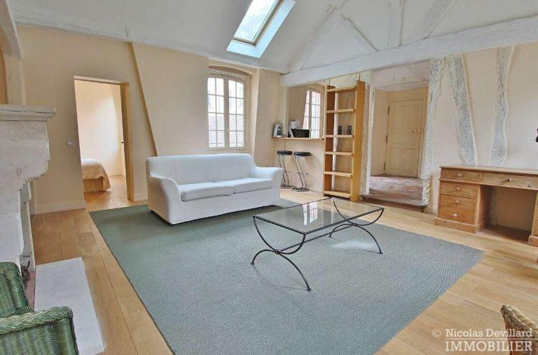 MaraisPlace-des-Vosges-–-Dernier-étage-dans-un-hôtel-particulier-–-75004-Paris-10