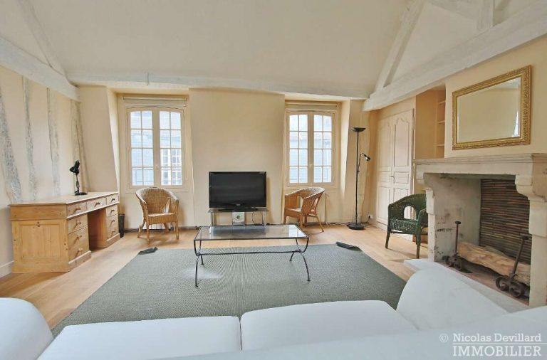 MaraisPlace-des-Vosges-–-Dernier-étage-dans-un-hôtel-particulier-–-75004-Paris-11