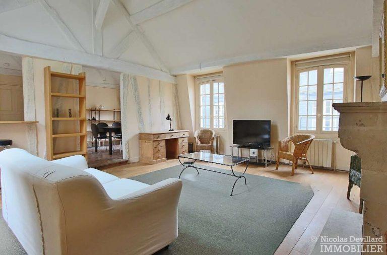 MaraisPlace-des-Vosges-–-Dernier-étage-dans-un-hôtel-particulier-–-75004-Paris-14