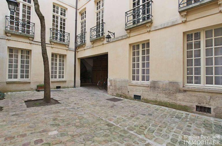 MaraisPlace-des-Vosges-–-Dernier-étage-dans-un-hôtel-particulier-–-75004-Paris-20