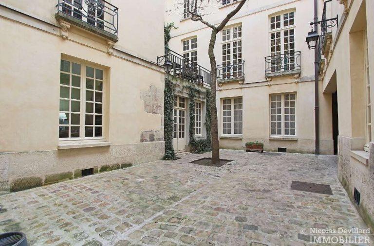 MaraisPlace-des-Vosges-–-Dernier-étage-dans-un-hôtel-particulier-–-75004-Paris-21