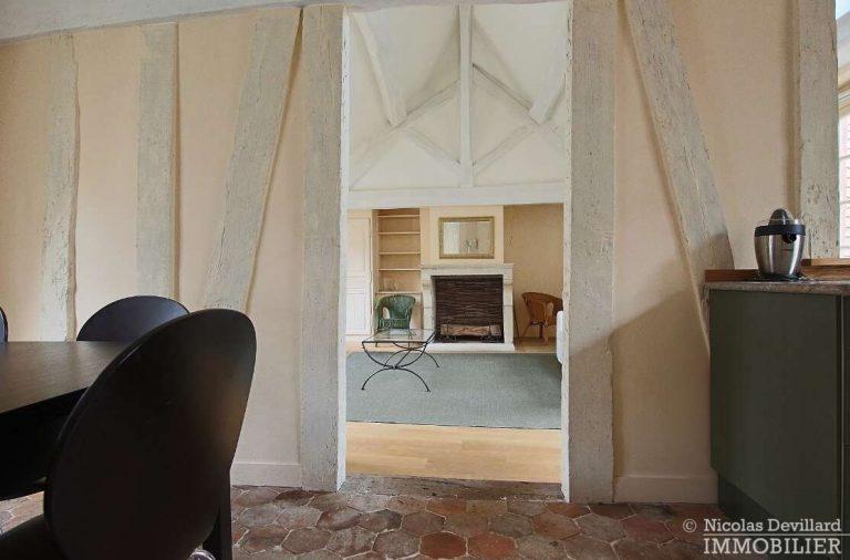 MaraisPlace-des-Vosges-–-Dernier-étage-dans-un-hôtel-particulier-–-75004-Paris-5