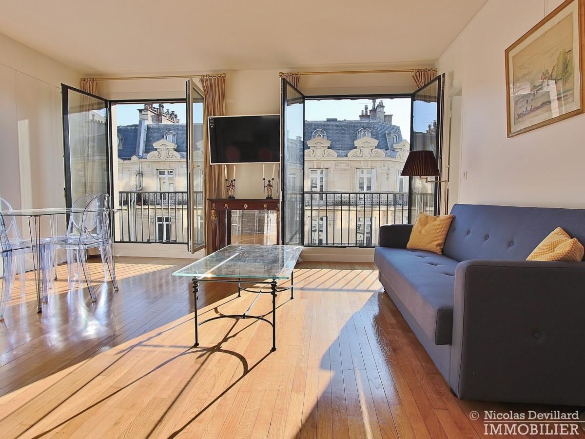 Triangle-d'OrGeorge-V-–-Rénové-plein-soleil-et-balcon-–-75008-Paris-39