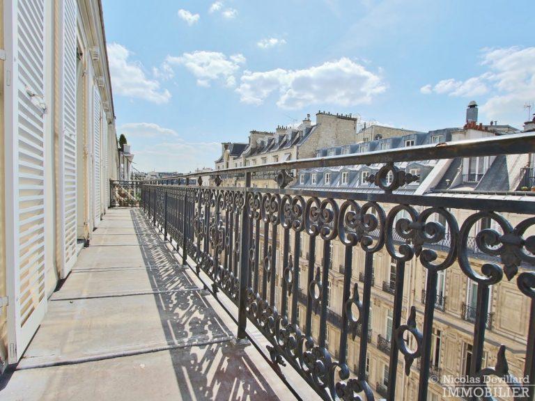 Triangle-d'OrMontaigne-–-Luxueux-duplex-au-dernier-étage-–-75008-Paris-2
